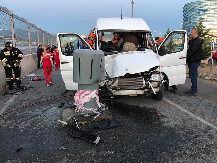 В Сочи 11 человек пострадали при столкновении маршрутки со столбом