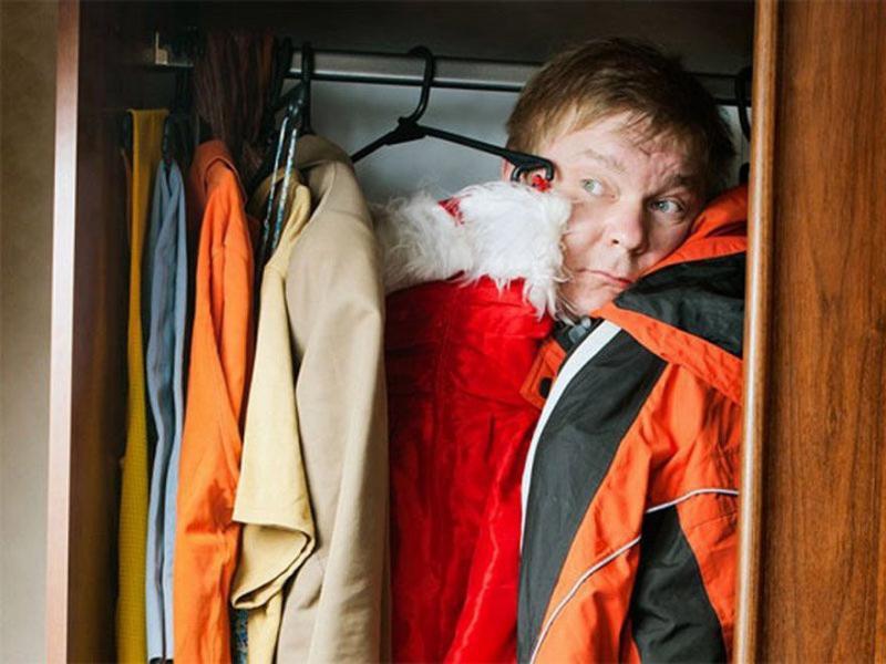 Должник из Курганинского района прятался от судебных приставов в шкафу